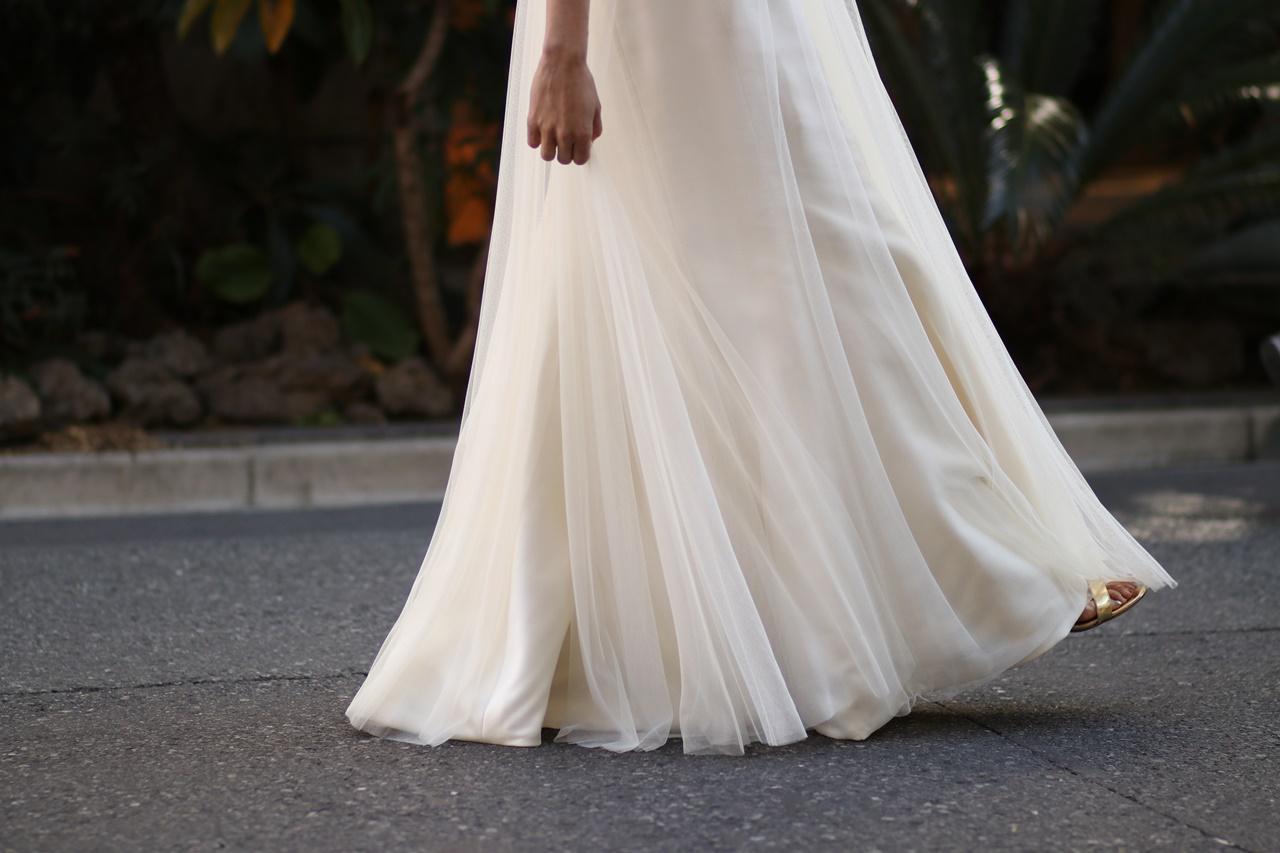 フォトウェディングにおすすめなオシャレなドレスは白いソフトチュールのエンパイアウェディングドレス