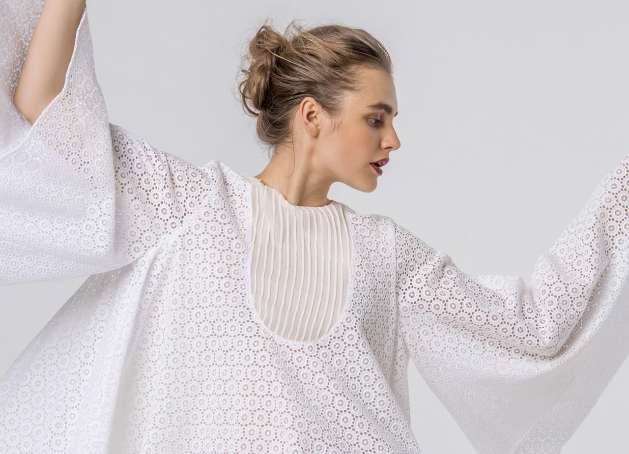 フォトウェディングにおすすめなオシャレなドレスは透け感のあるレース素材の白いポンチョはhoughton(ホートン)のウェディングドレス