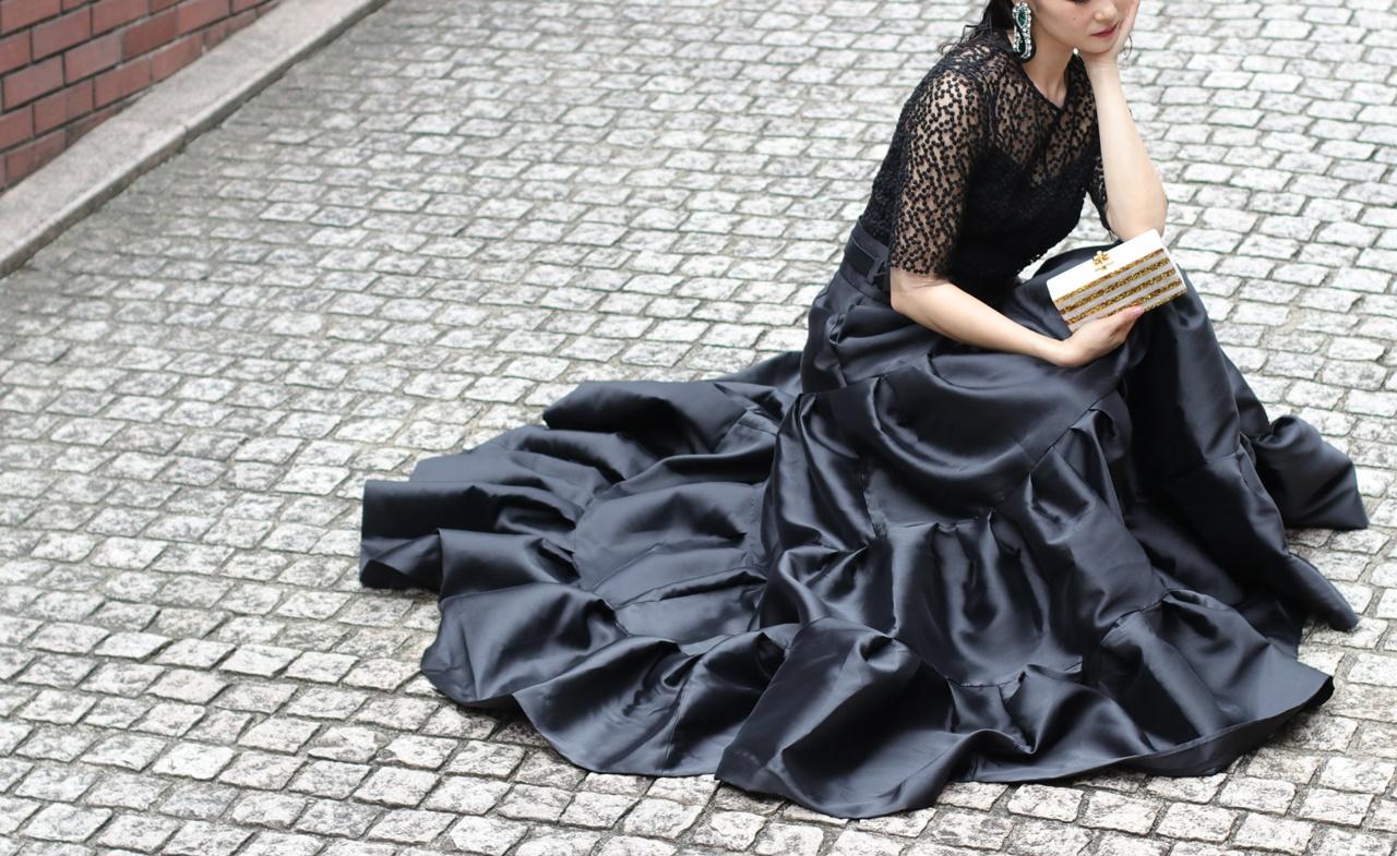 ドレスのサブスクには黒いドットのチュールのトップスと黒いティアードのロングスカート