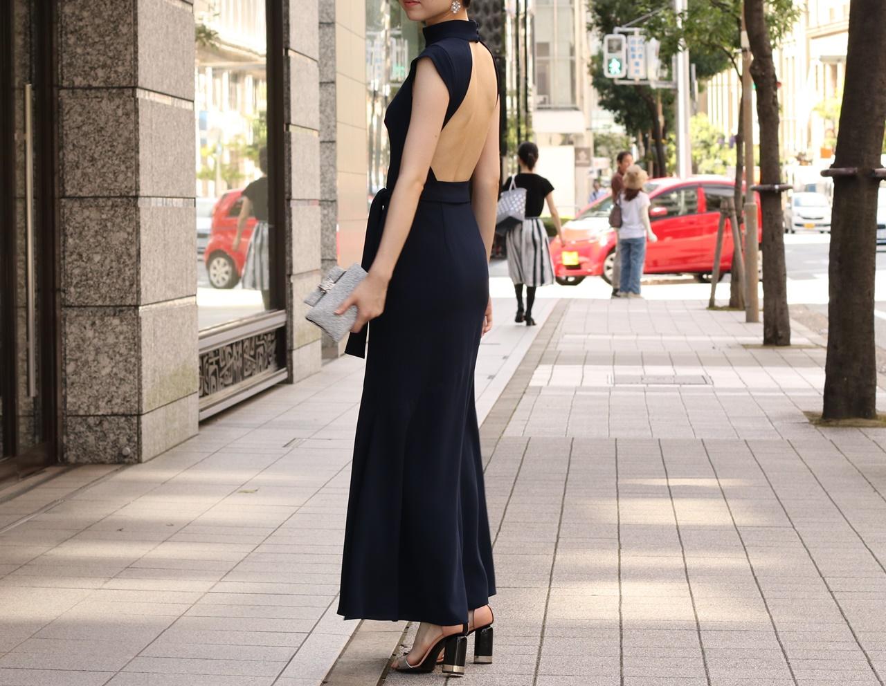 紺色のハイネックのオープンバッグのロングドレスは骨格ストレートの方におすすめのレンタルドレス