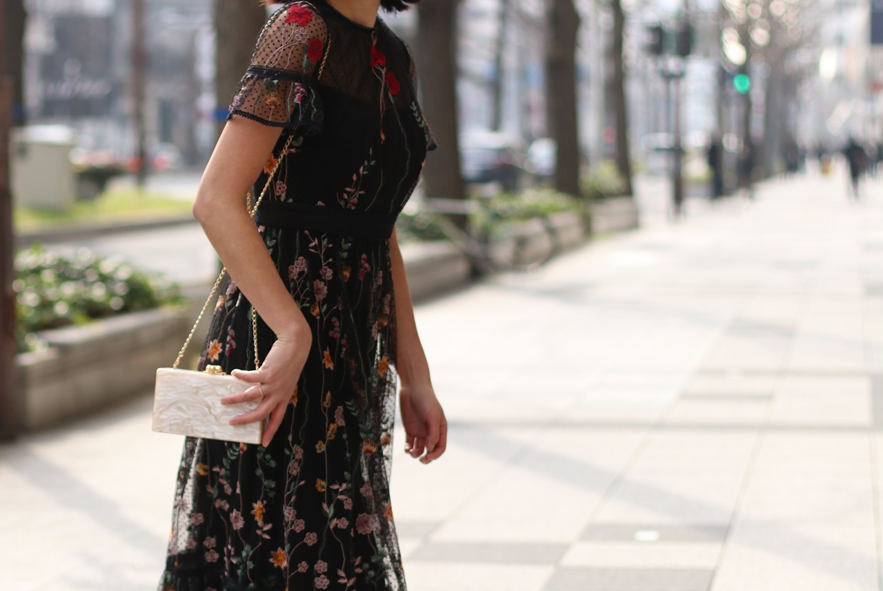 ドレスのサブスクには黒い小花柄のML Monique Lhuillier(エムエル モニーク ルイリエ) のレンタルドレス