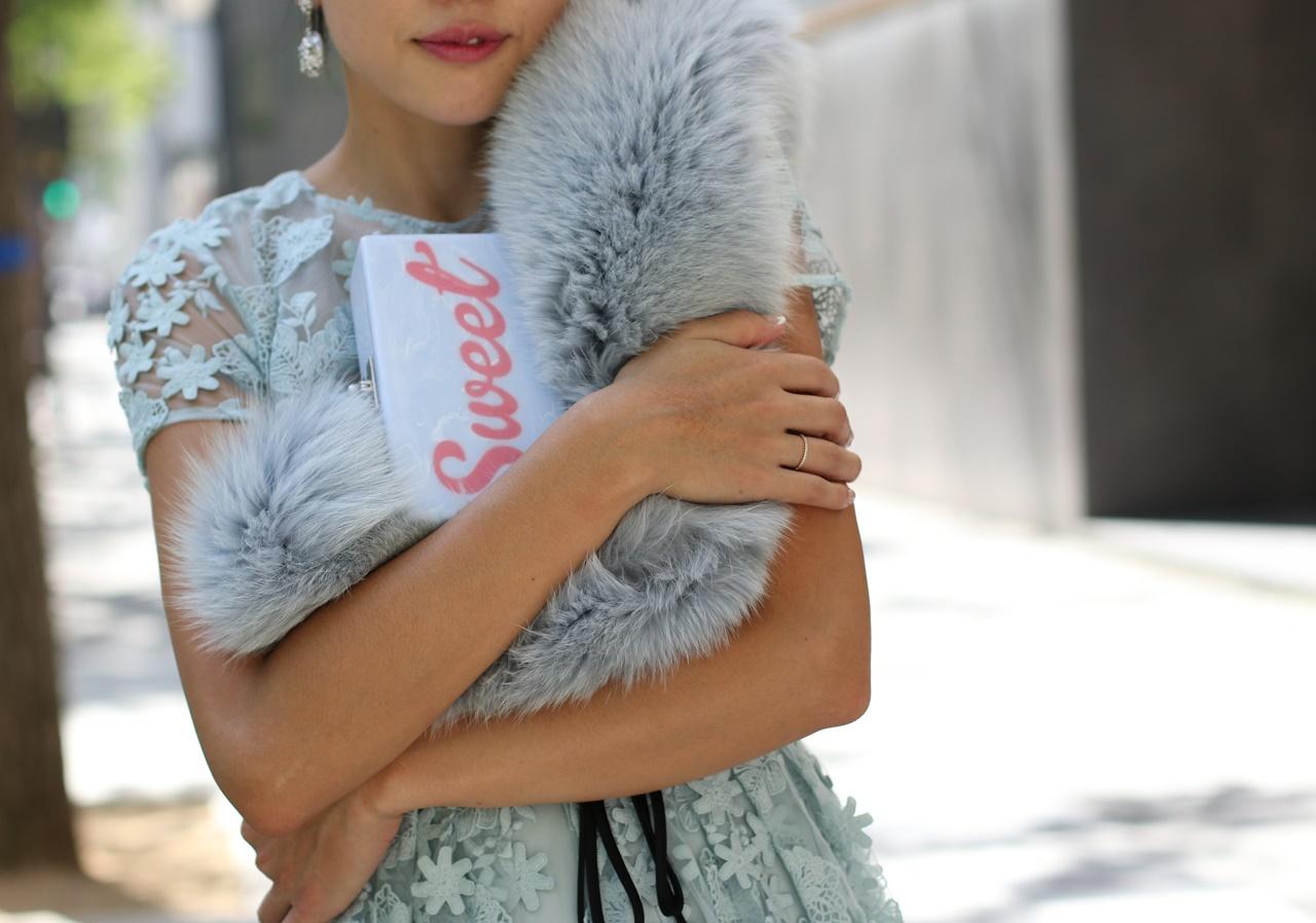 ドレスのサブスクには花模様のレースのML Monique Lhuillier(エムエル モニーク ルイリエ) のロングドレス