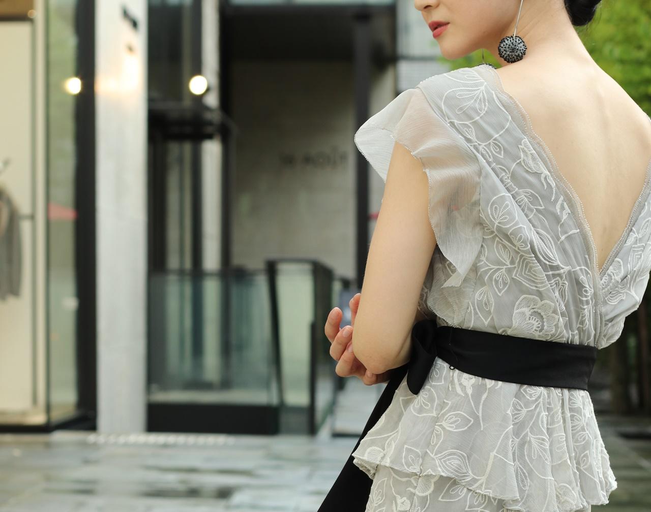 グレーのお花やリーフ模様が刺繍で施されたロングドレスは骨格ストレートの方におすすめのレンタルドレス