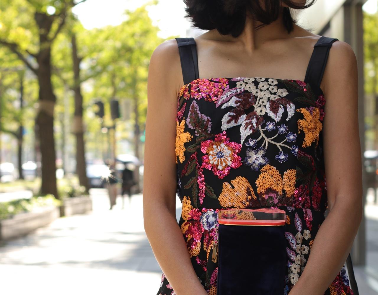 骨格ナチュラルの方におすすめのレンタルドレスはKhon Hooi(クーン・フーイ)のピンクやオレンジのスパンコールでお花模様が刺繍されたキャミソールタイプのロングドレス