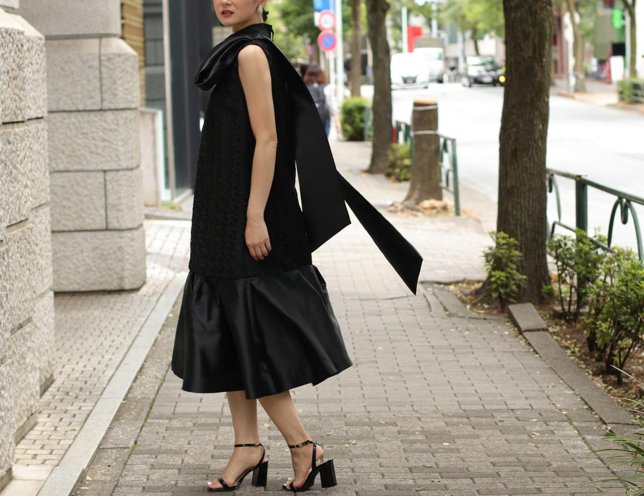 骨格ナチュラルの方におすすめのレンタルドレスはKhon Hooi(クーン・フーイ)の大きなリボンが肩についたノースリーブの星柄レースのドレス