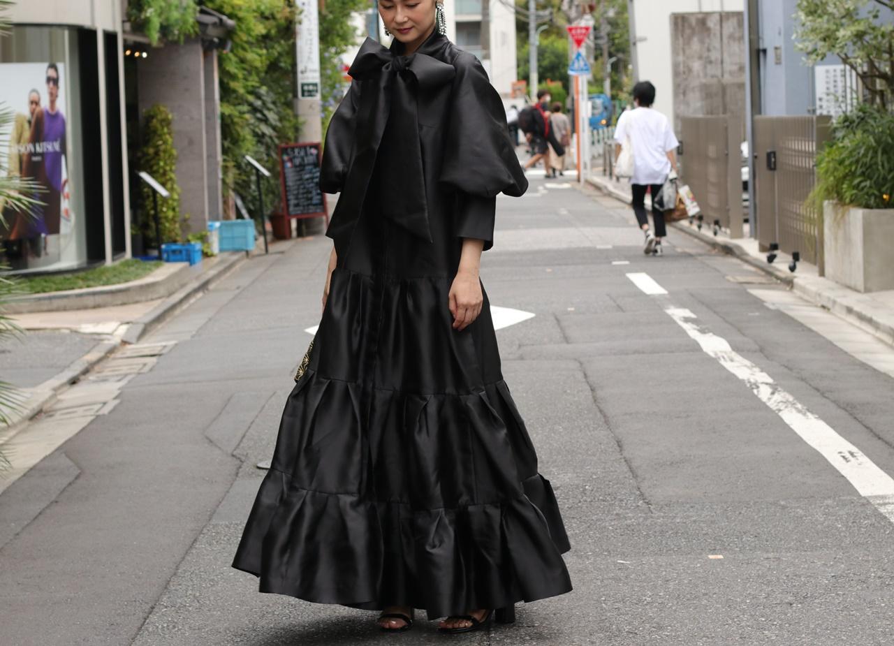 骨格ナチュラルの方におすすめのレンタルドレスはKhon Hooi(クーン・フーイ)の黒いボーカラーのティアードロングドレス