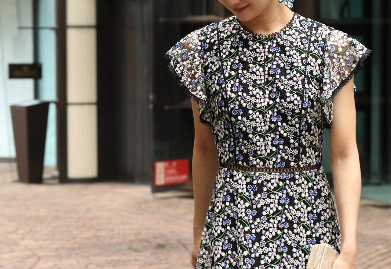 水色と白の小花模様の刺繍のML Monique Lhuillier(エムエル・モニーク・ルイリエ)のレンタルドレスは骨格ウェーブの方におすすめ