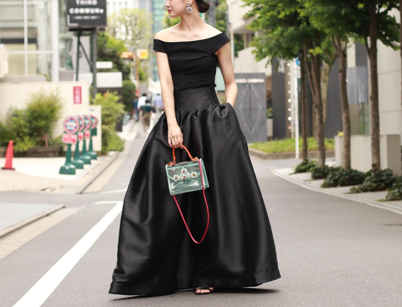 黒いオフショルダートップスとKhoon Hooi(クーン・フーイ)のハイウエスタックスカートは骨格ウェーブの方におすすめのレンタルドレス