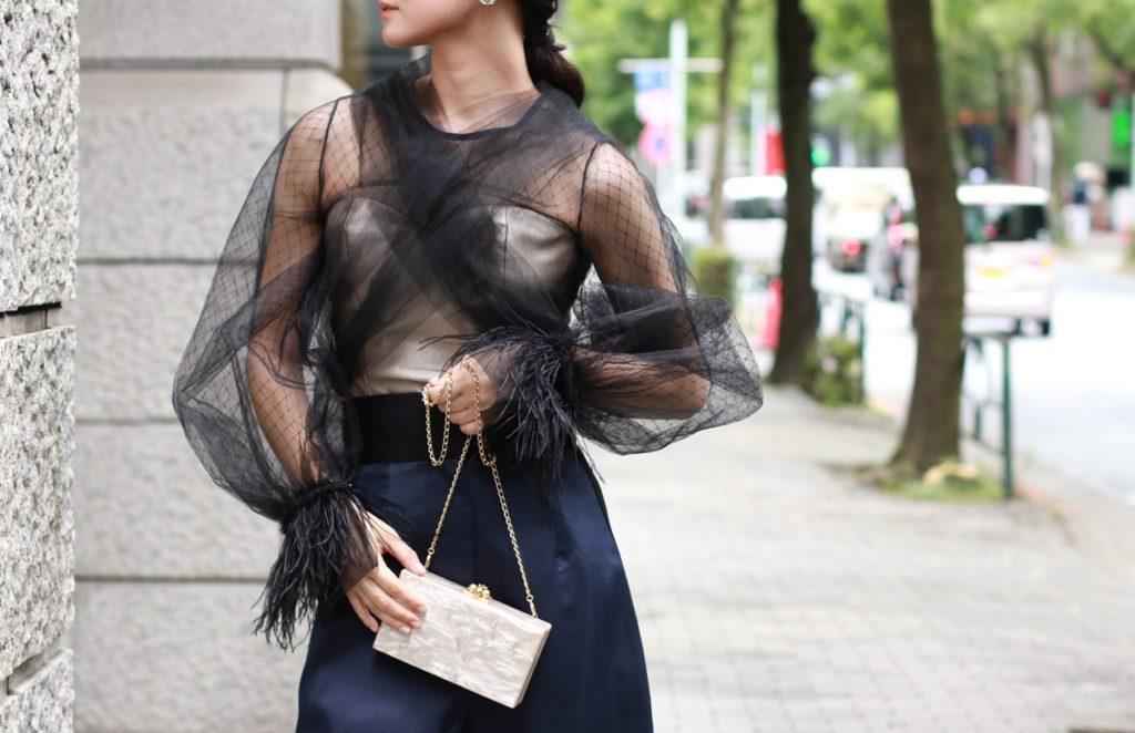 黒いチュールのトップスと入ウエストのネイビーのパンツはKhoon Hooi(クーン・フーイ)の骨格ウェーブの方におすすめのレンタルドレス
