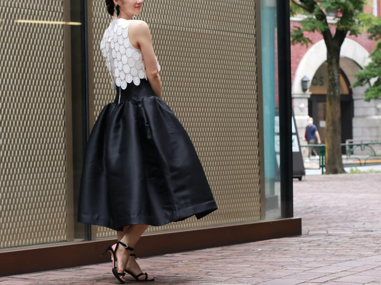 骨格ナチュラルの方におすすめのレンタルドレスはKhon Hooi(クーン・フーイ)の白いボレロが付いたフィット&フレアの白と黒のバイカラーのドレス