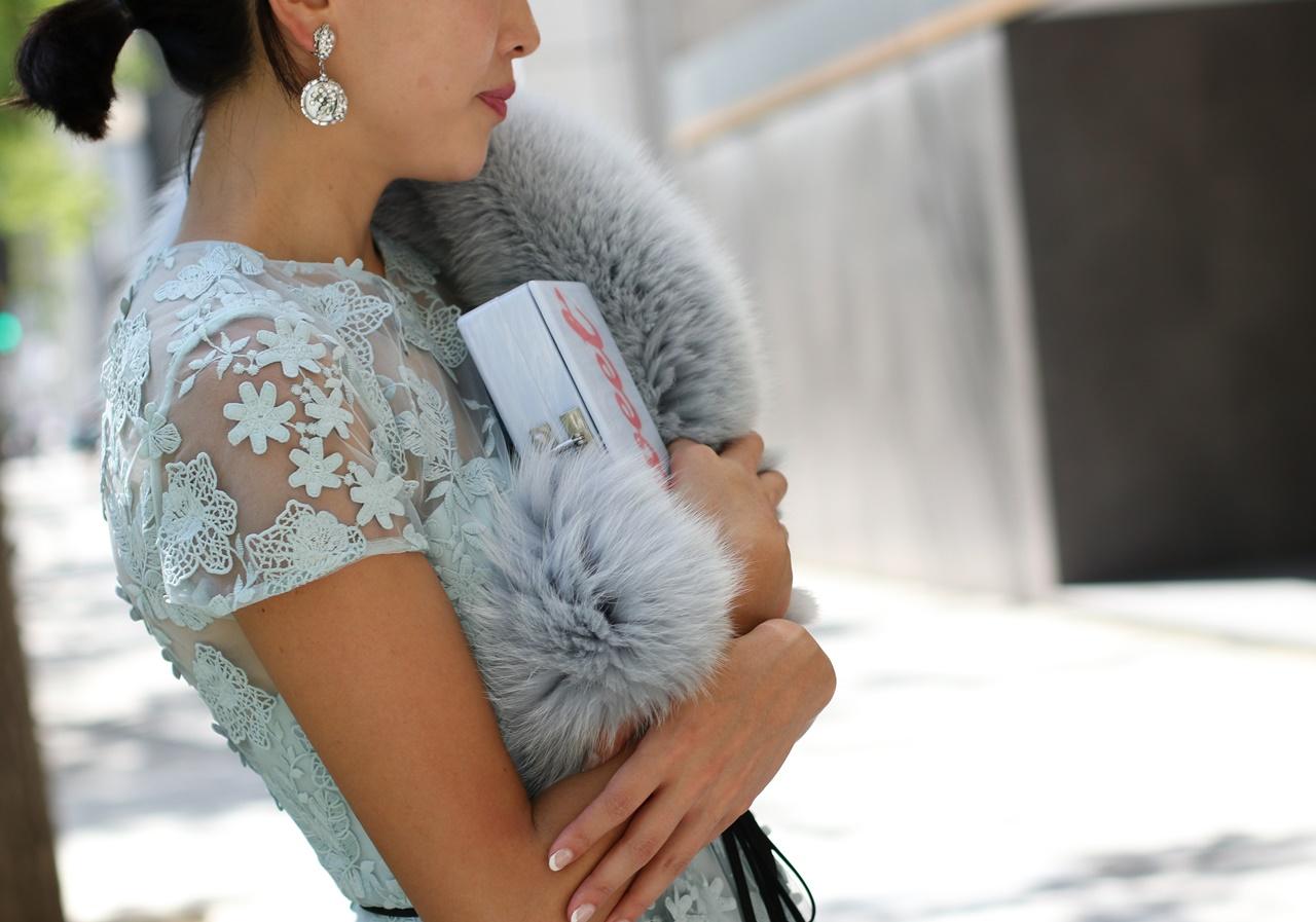 水色の総レースのML Monique Lhuillier(エムエル・モニーク・ルイリエ)のレンタルドレスは骨格ウェーブの方におすすめ