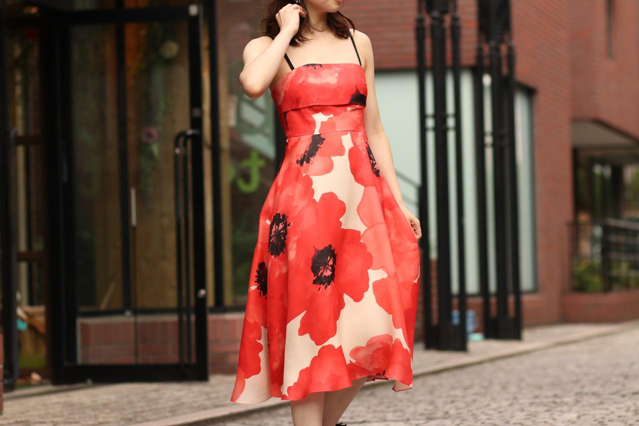 骨格ナチュラルの方におすすめのレンタルドレスはLela Rose(レラ・ローズ)の赤の大きなお花がプリントされたキャミソールのドレス