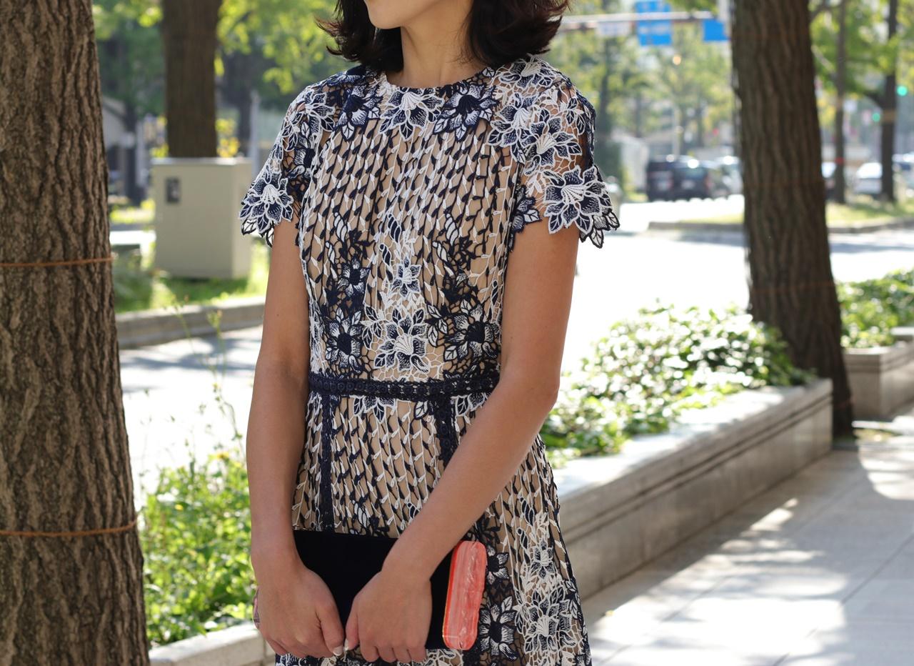 骨格ナチュラルの方におすすめのレンタルドレスはML Monique Lhuillier(エムエル モニーク ルイリエ)のネイビーと白のお花のレースのロングドレス